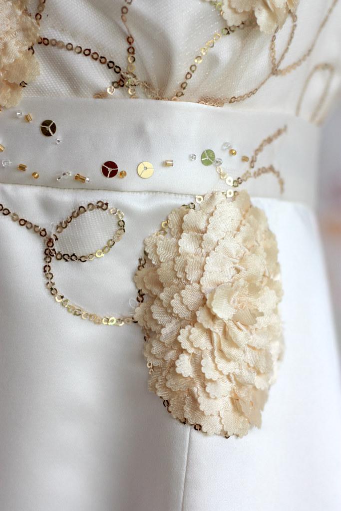 Broderies de perles et applications de tulle sur robe de mariée