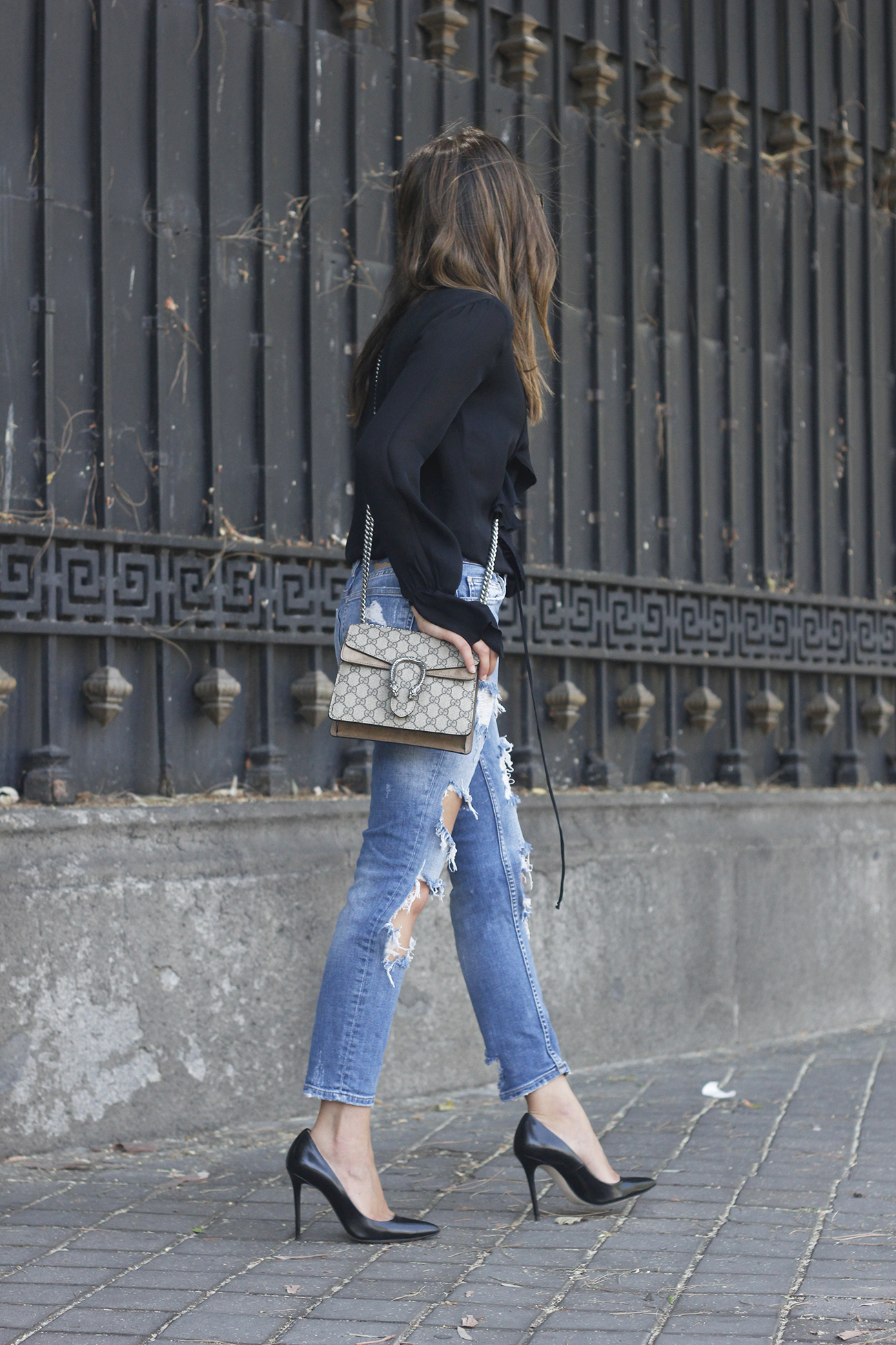 frilled shirt ripped jeans black heels gucci bag summer outfit sunnies05