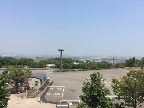 椿交流館 椿温泉こまつ からの景観 (青い車が充電中の日産リーフ)