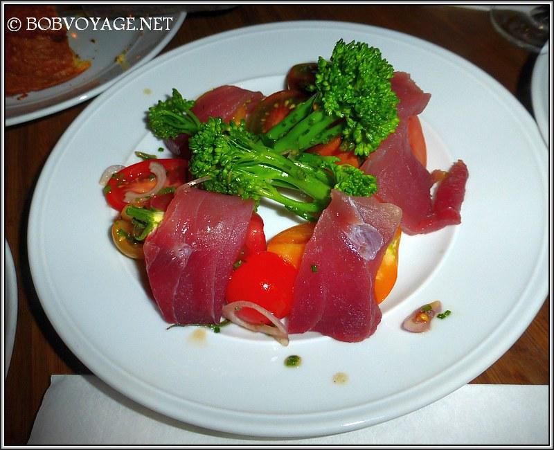 סלט עגבניות וסשימי טונה ב- Bar a Vin