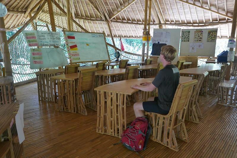 Micha glaubt, dass es sich in einem offenen Klassenzimmer ganz aus Bambus besser lernt also irgendwo sonst.