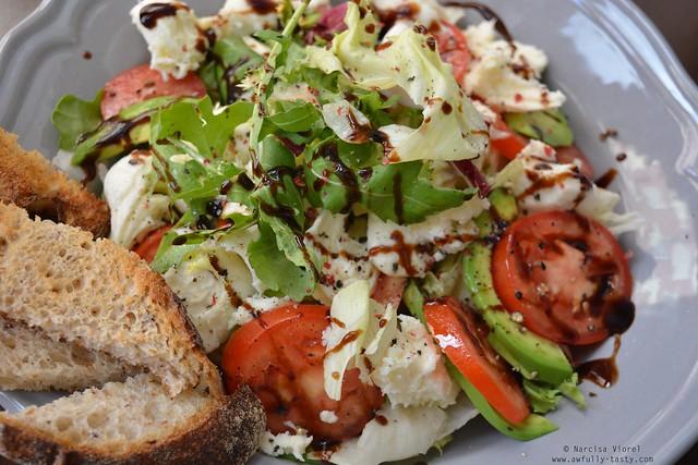 salata cu avocado si mozzarella