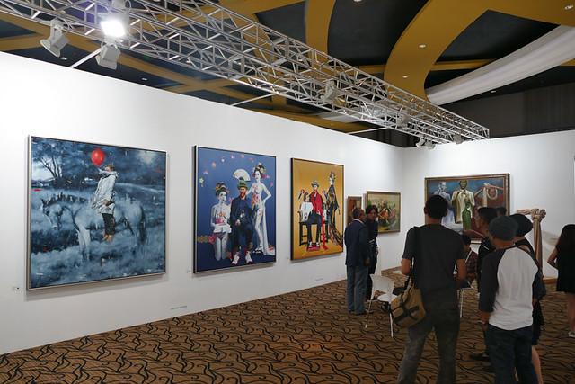 1つ1つのギャラリーのスペースが大きいので大型作品がのびのびと飾られています。こちらのギャラリー(SRISASANTI SYNDICATE)はジョグジャカルタからの出展です。