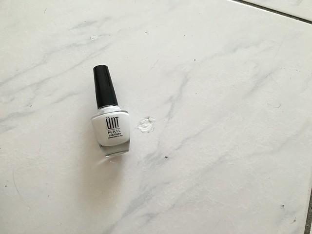 我人生第一瓶自己購入的指甲油~UNT 的白色指彩,拿來補磁磚的洞XD