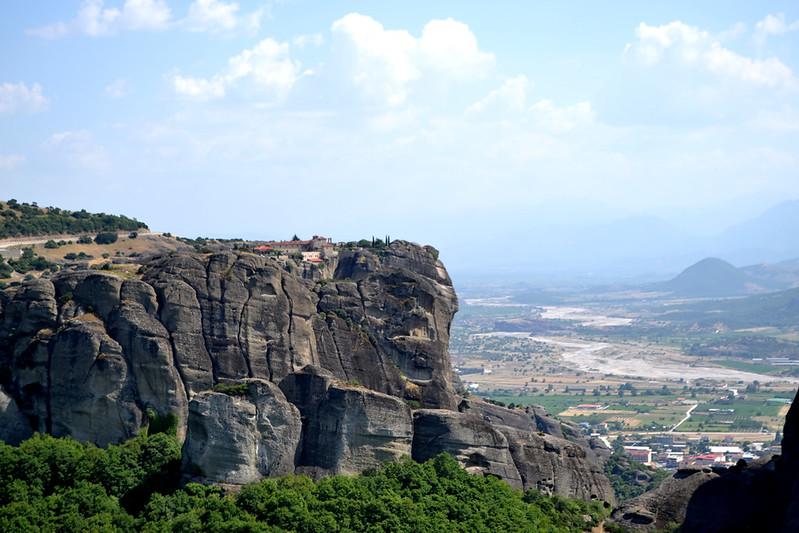 """Monasterio de Hagia Triada, """"aparentemente unido"""" al resto de la montaña."""