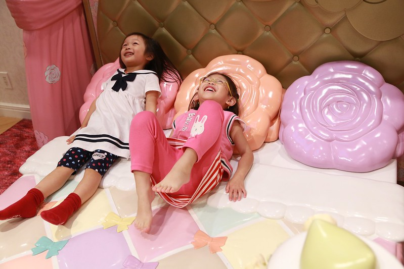 躲著玩踢甜點的寶妹和Zoey