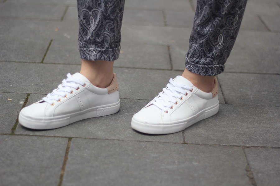 outfit sneaker weiß rosa pull&bear paisley hose blogger mode fashion trend stil