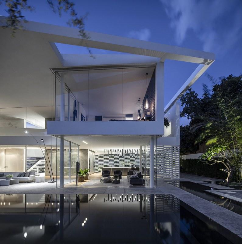 Просторный дом в стиле Hi-Tech от Pitsou Kedem Architects