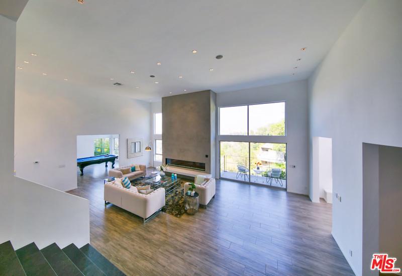 Современный дизайн комнаты с камином