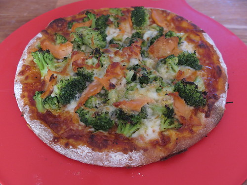 Pizza mit Broccoli und Lachs