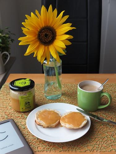 Honig auf selbstgebackenem Brötchen zum Nachmittagskaffee