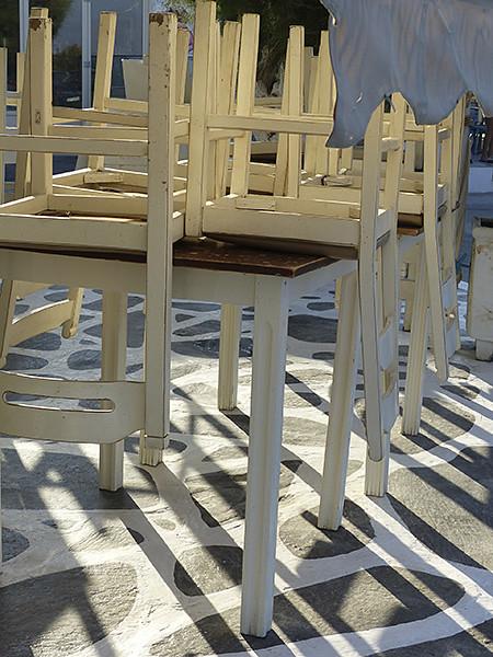 chaises retournées et sol naxiote