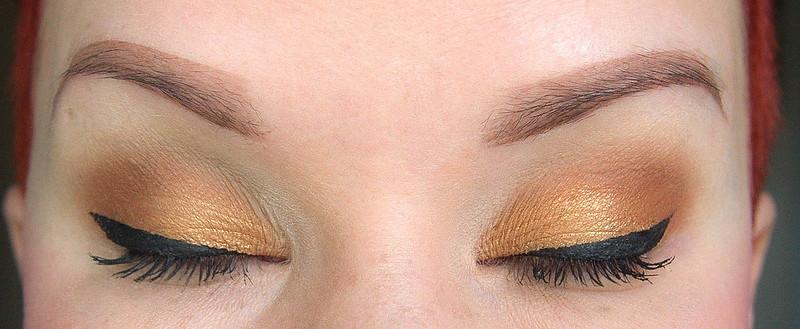Paksu eyeliner rajaus