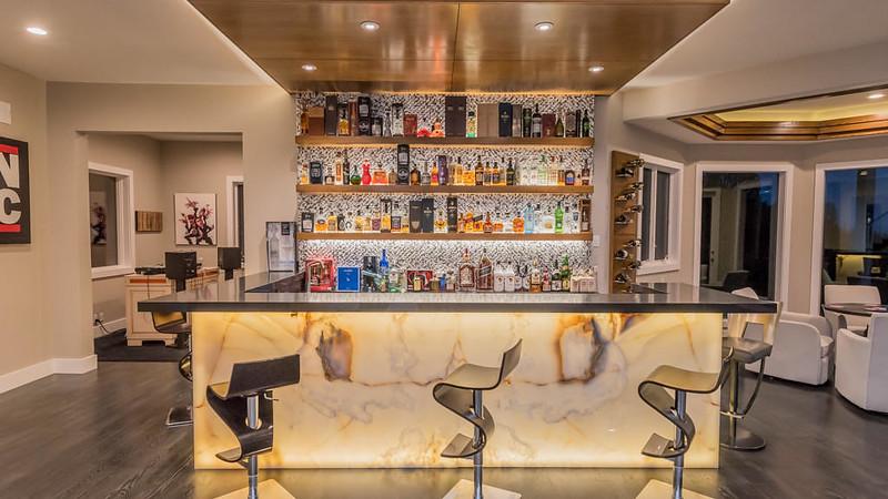 Домашний бар у Рассела Питерса