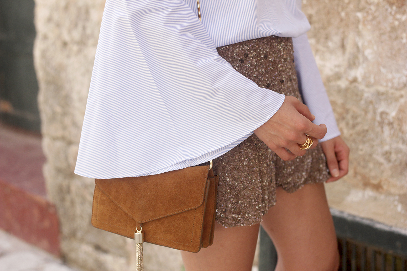 sequined shorts bell sleeves striped shirt summer flat sandals summer fashion outfit17