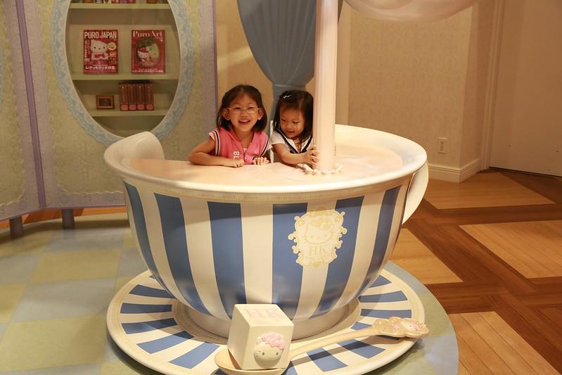 在奶茶杯裡的小女孩