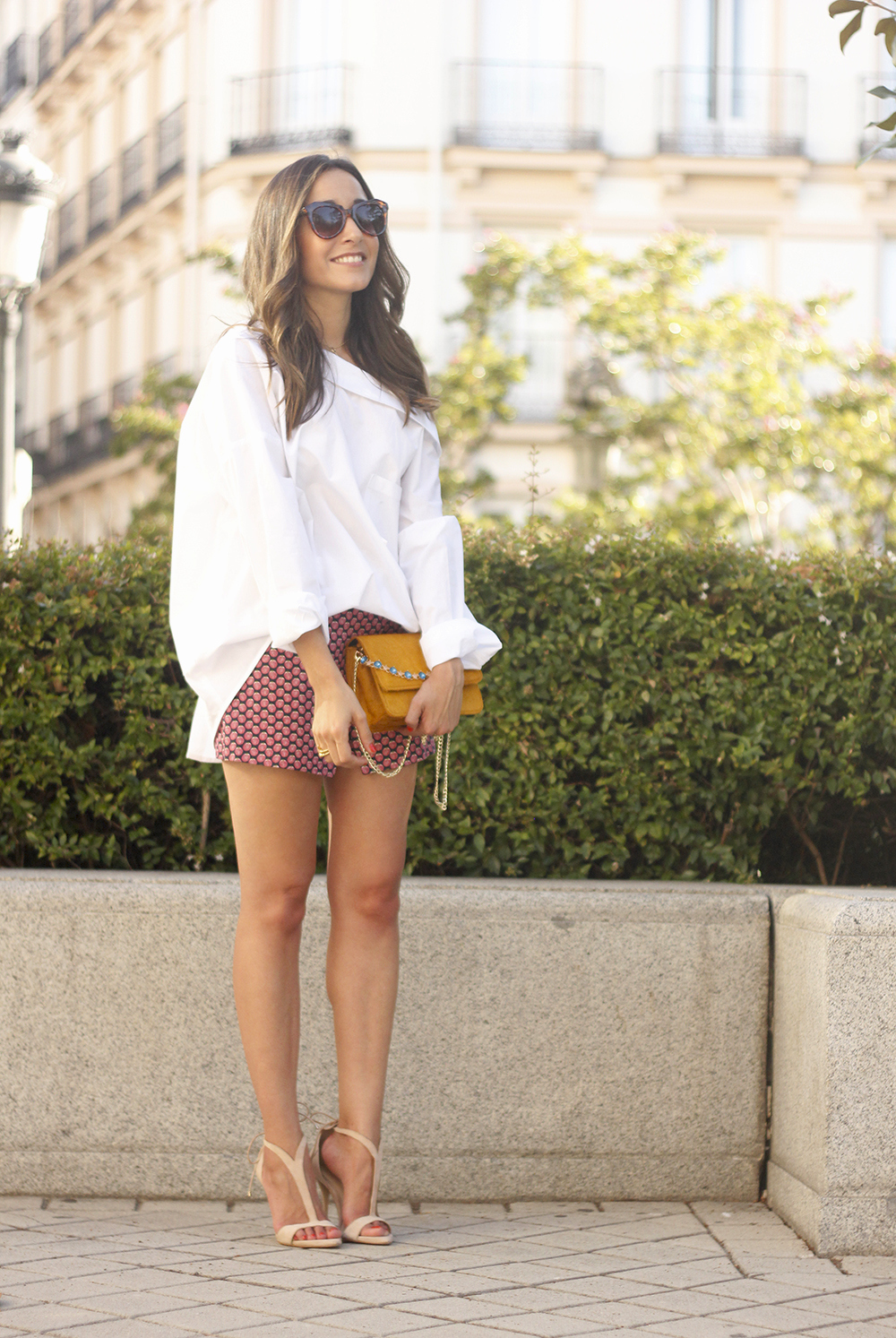 White shirt with printed shorts uterquë bag summer outfit style heels20
