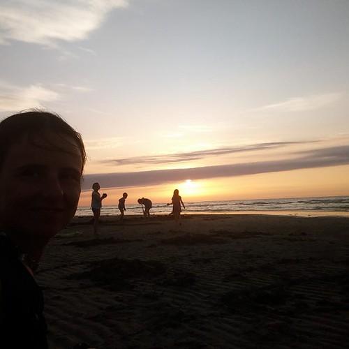 Ik wou een zonsondergang. Ik kreeg een zonsondergang. Met spelende kinderen! #sien90210 #janne1709
