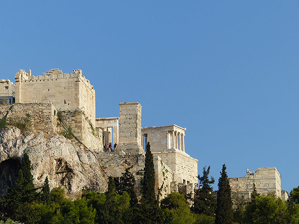 les propylées vus de l'agora antique