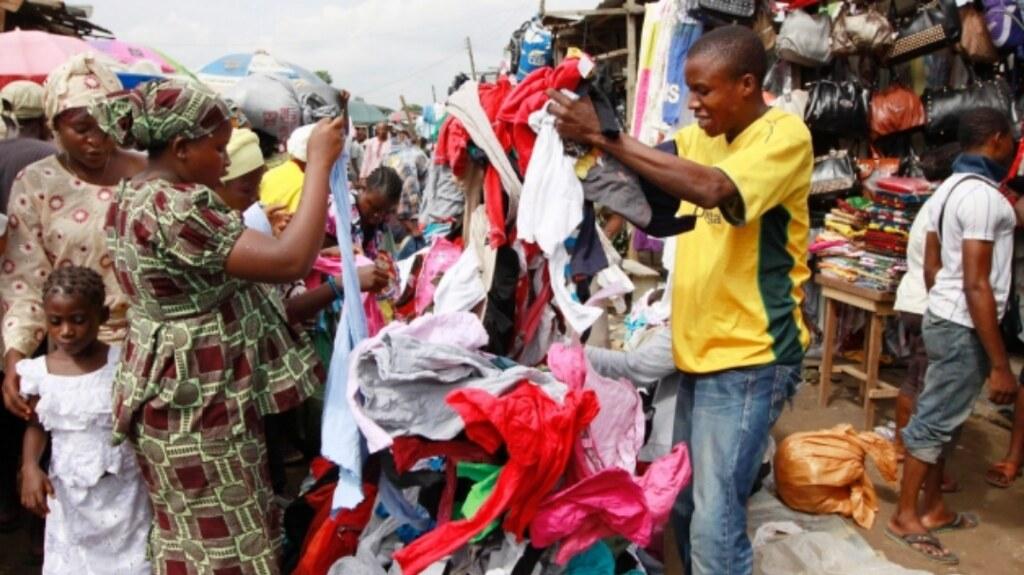 """位於辛巴威的二手衣攤位。(圖片來源:<a href=""""http://www.financialgazette.co.zw/to-ban-or-not-to-ban-secondhand-clothes-imports/"""">The Financial Gazette</a>)"""