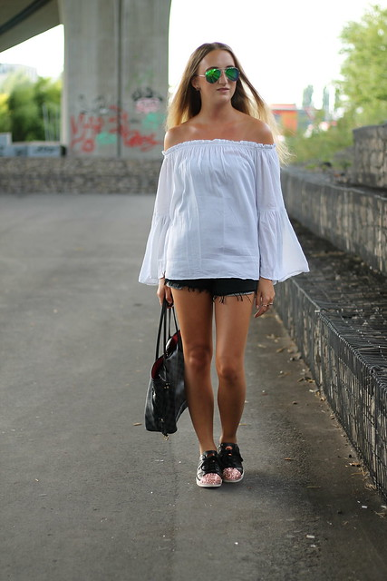 off-shoulder-and-sneakers-whole-look-side-wmbg