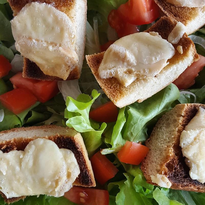 Salade de chèvre chaude