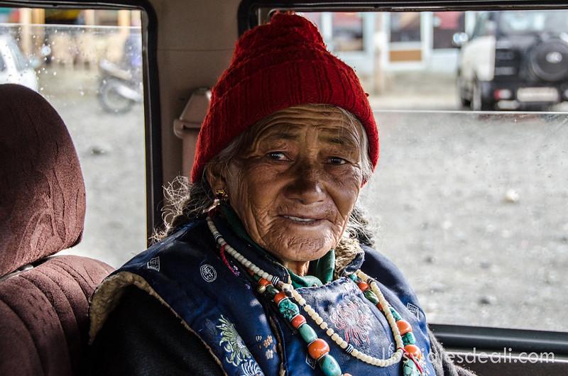 mujer en el lago Pangong