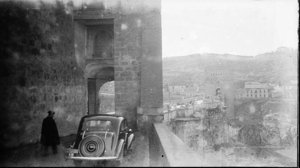 Un coche en el Puente de San Martín junto a un guardia civil, en diciembre de 1935. Fotografía de Óscar Torras i Buxeda © Centre Excursionista de Catalunya
