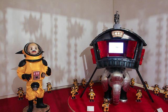 《青い森の映画館》(2006) 《トらやん》のが登場する《森の映画館》のシリーズ作品。象の上に乗る小さな映画館には、絵本『トらやんの大冒険』の映像が流れている。 《トらやん》自体も複数作られており、近年では、小さなサイズの《ミニ・トらやん》(2007)と一緒にジオラマのようなインタレーションとして発表されている。さらに、巨大化した《ジャイアント・トらやん》(2005)や小豆島と高松、神戸をつなぐジャンボ・フェリーの甲板に常設さている《ジャンボ・トらやん》(2013)のように巨大化したり、絵本『トらやんの大冒険』、『ラッキードラゴンのおはなし』などのように物語になったり、現実と虚構の中を行き来きしてメッセージを伝えるヤノベケンジの代弁者としての役割を担っている。