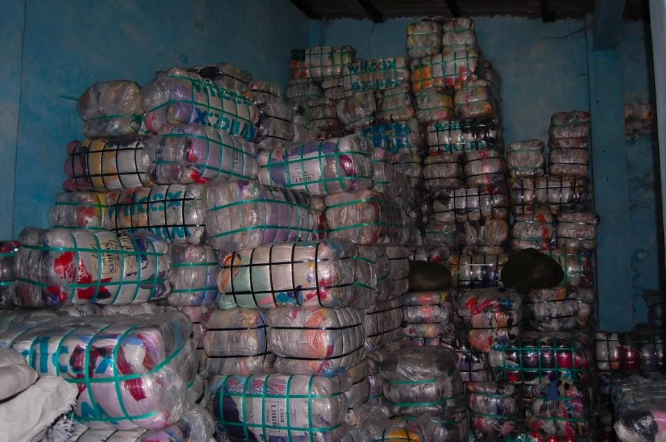 "堆放在西非國家貝寧(Benin)一處倉庫的進口二手衣包裹。(圖片來源:<a href=""http://www.betterplace-lab.org/en/what-happens-when-your-used-clothes-arrive-in-west-africa/"">BetterPlace-Lab</a>)"