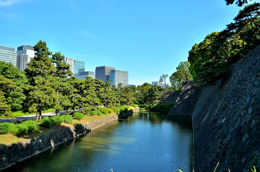 The East Gardens of the Imperial Palace / 皇居東御苑汐見坂より望む白鳥濠