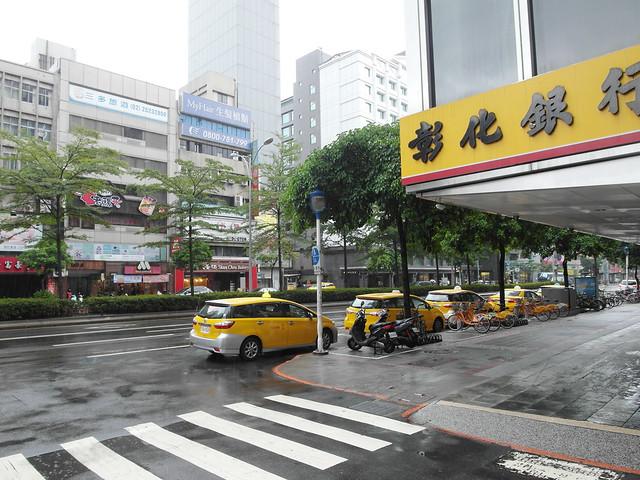 旁邊就有計程車排班@雀客旅館CHECK INN