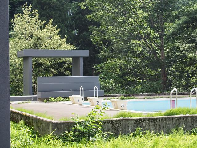 清津倉庫美術館の裏には、プールも