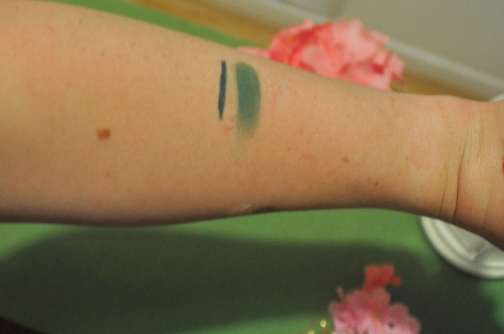 NYX Kush Eyeshadow and Tropical Green Extreme Shine Eye Liner Review and Swatches