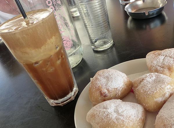 beignets et café frappé au rendez-vous