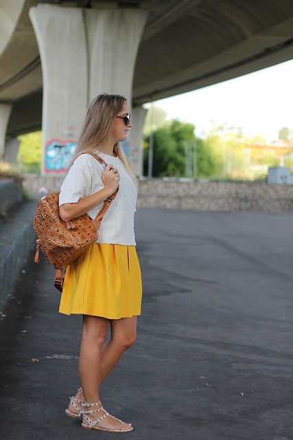 yellow-skirt-whole-look-side-wmbg