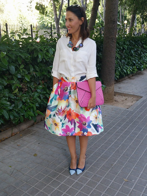 Falda floral multicolor, midi, 50, blusa masculina blanca, collar joya, zapatos destalonados, azul marino, añil, clutch fucsia, skirt multicoloured floral print, 50's, male white blouse, jewel necklace, undercut shoes, navy, indigo blue, fuchsia clutch