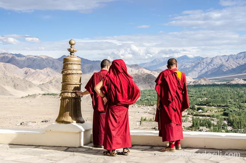valle del Indo monjes en la terraza de Thiksey