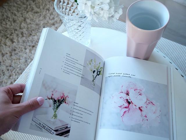 FashionBloggerAlexaDagmarBookP8174503,AlexaDagmarKirjaNuorenNaisenOpasP8174529,NuorennaisenopaskirjaalexadagmarP8174545, alexa dagmar, blogger, bloggaaja, kirja, book, nuoren naisen opas, a young woman's guide, fashion, lifestyle, muoti, blogi, oma tie, own way, opas, guide, book, inspiration, inspiration, book tips, kirja vinkit, pink pastel color book, vaalean pinkki kirja, pink candle, alexa dagmar nuoren naisen opas, floers, kuka, pionit, peony, pink peony,