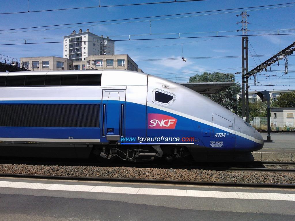 Vue détailleacute;e de la motrice impaire 310007 du TGV Euroduplex 4704 SNCF