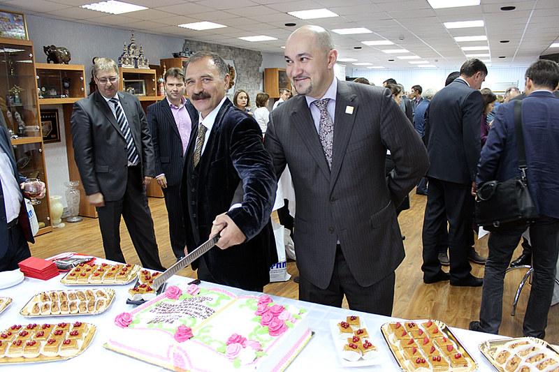 """Коллеги из братских организаций - АРПП и НСРП """"Союзпечать"""" в процессе разрезания торта"""