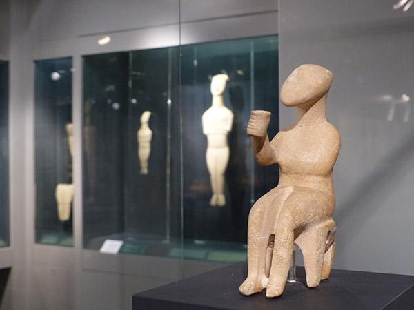 statue cycladique qui boit