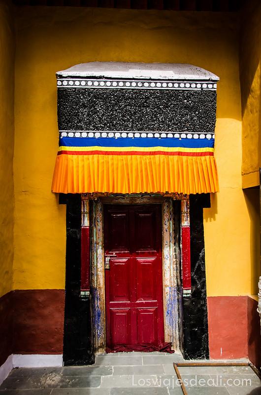 valle del indo puerta de colores en el monasterio Thiksey