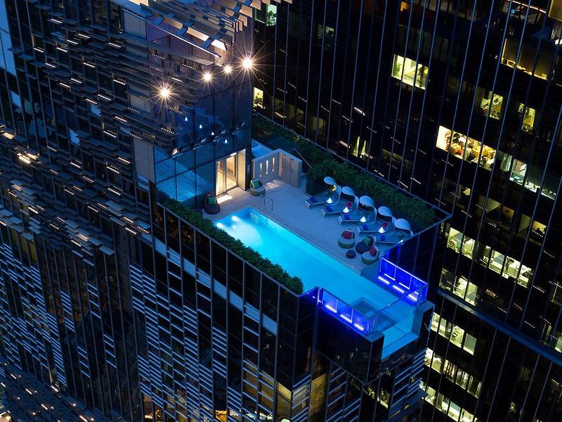 Стеклянный бассейн Hotel Indigo Hong Kong, Гонконг, Китай