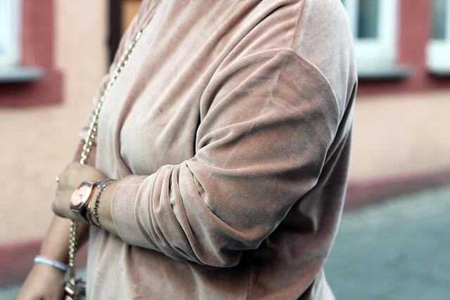 outfit-rosa-samt-pullover-trend-suede-sommer-look-style-rosegold-uhr-fashionblog-modeblog8