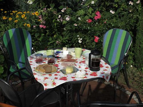 Urlaubsfrühstück am Samstagmorgen im Garten