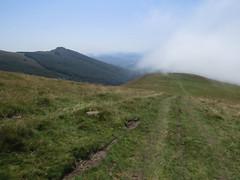 Cresta de bajada. La niebla tapa el valle de Ultzama