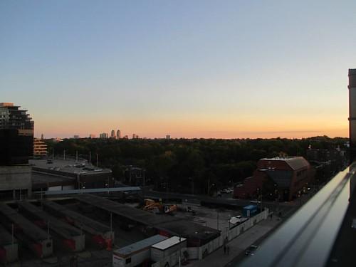Southern sunset #toronto #yongeeglintoncentre #yongeandeglinton #parks #rooftop #patio #eglintonavenue #evening