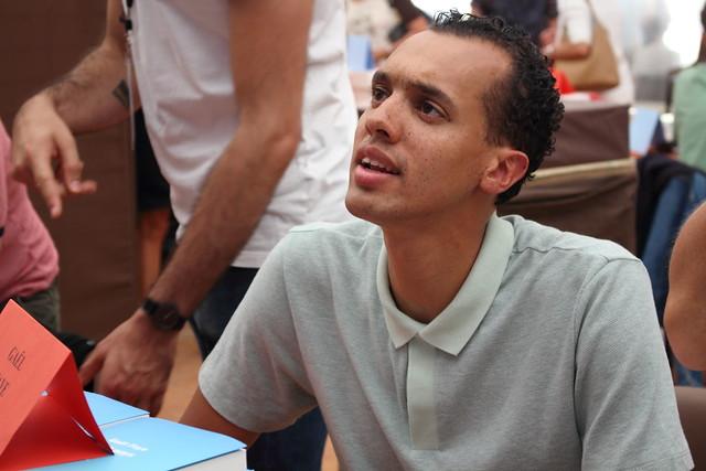 photo de Gael FAYES, pendant une séance de dédicaces