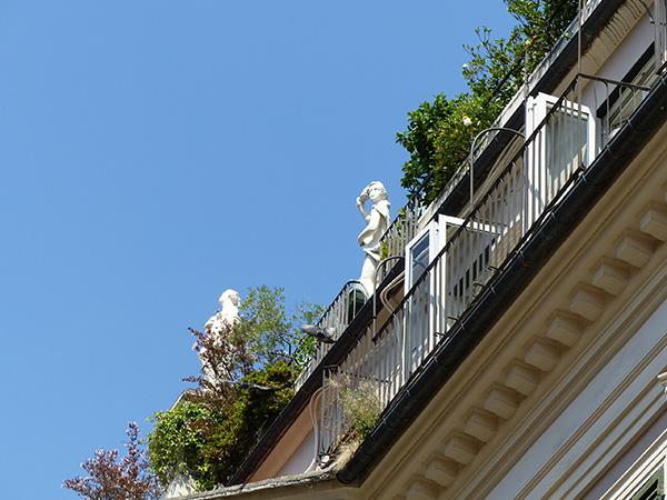 statues sur un toit